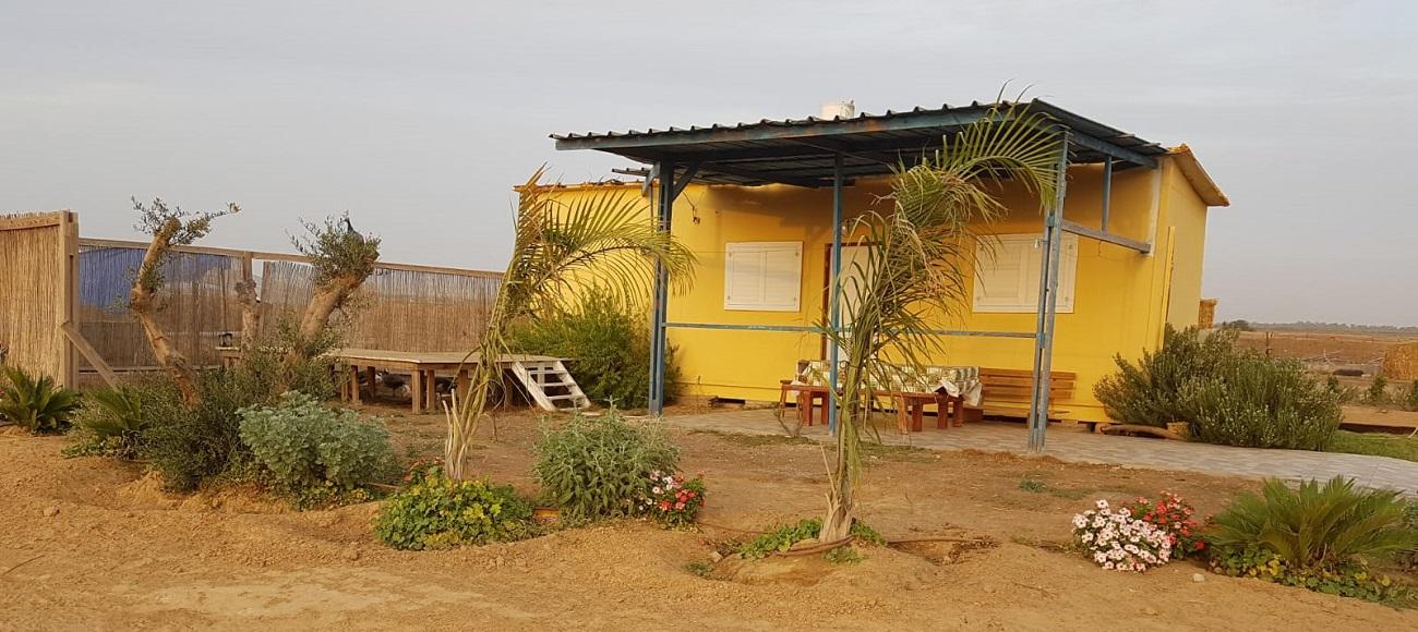 בחווה חדרי אירוח מסודרים ומפנקים ואישיים המותאמים לזוגות או למשפחות